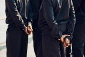 Nohy policie muži stráž na konstrukci zadní pohled tmavě rukou. Afroameričané