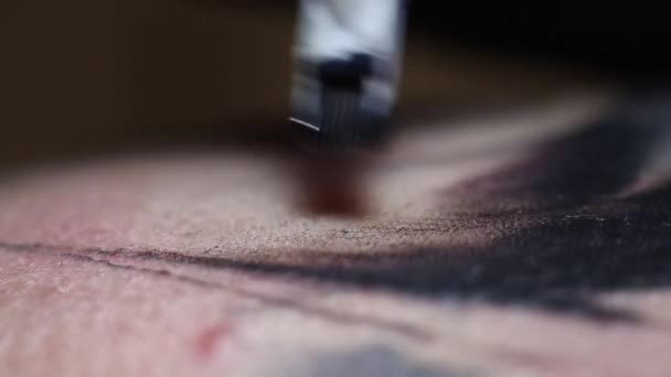 professionelle Tätowierer macht Tätowierung auf Mann Makro