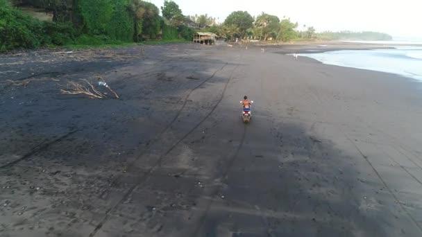 Mladá žena řidiče skútru beach