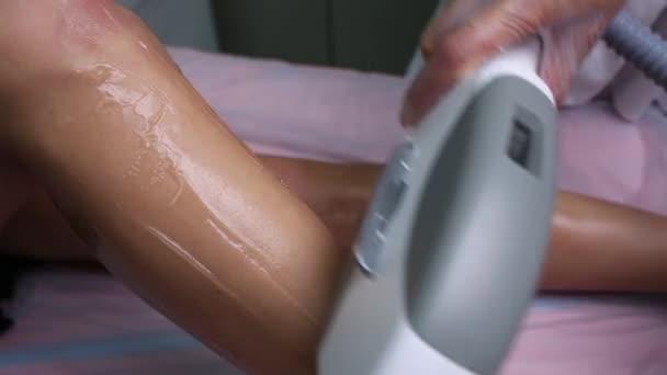 Žena se laserové ošetření v lékařské wellness centru, permanentní odstranění koncept