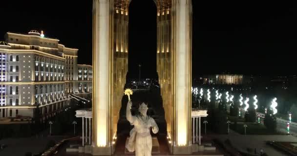 Duschanbe, Tadschikistan-März 15.2018: ismoil somoni monument duschanbe, Tadschikistan. Skulptur aus farbigem Metall, 13 Meter hohes Staatswappen in Händen von Somoni.