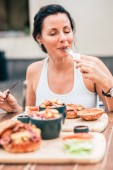 Photo Young woman eating delicious meal.