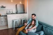 Fényképek fiatal pár otthon tévénézés