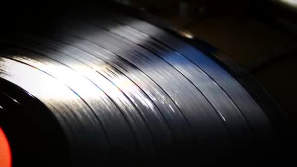A bakelit forog a lemezjátszó. Retro zene. Tiszta hangzás, a lemez. Filmzene. Hangstúdiónk.