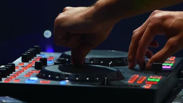 A disco Dj dolgozik mögött a távirányító. Táncparkett és könnyűzene. A night club DJ.