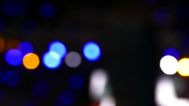 Koncert reflektorů na jevišti. Taneční parket a lehkou hudbu v nočním klubu.