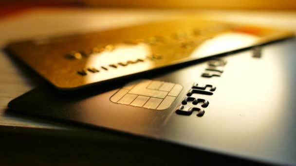 Geld auf Bankkonten. Kreditkarten liegen auf dem Tisch. Bargeldlose Zahlungen.