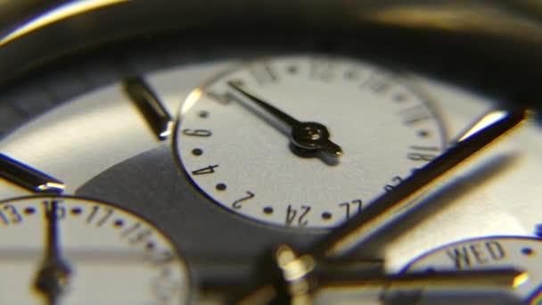 Órák közelről. A második kéz az órán mozog. Fogy az idő