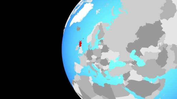 Skotsko na modré politické globe. Obíhající kolem zeměkoule a přiblížení k zemi. 3D obrázek
