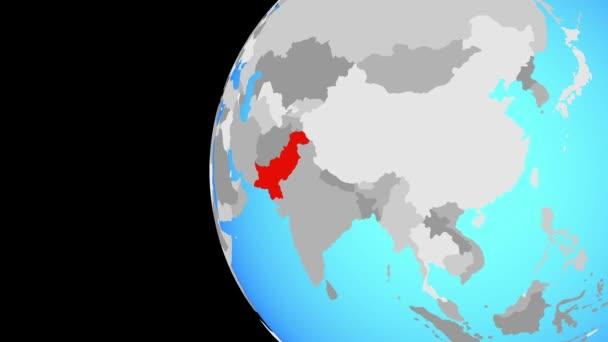 Pákistán na modré politické globe. Obíhající kolem zeměkoule a přiblížení k zemi. 3D obrázek