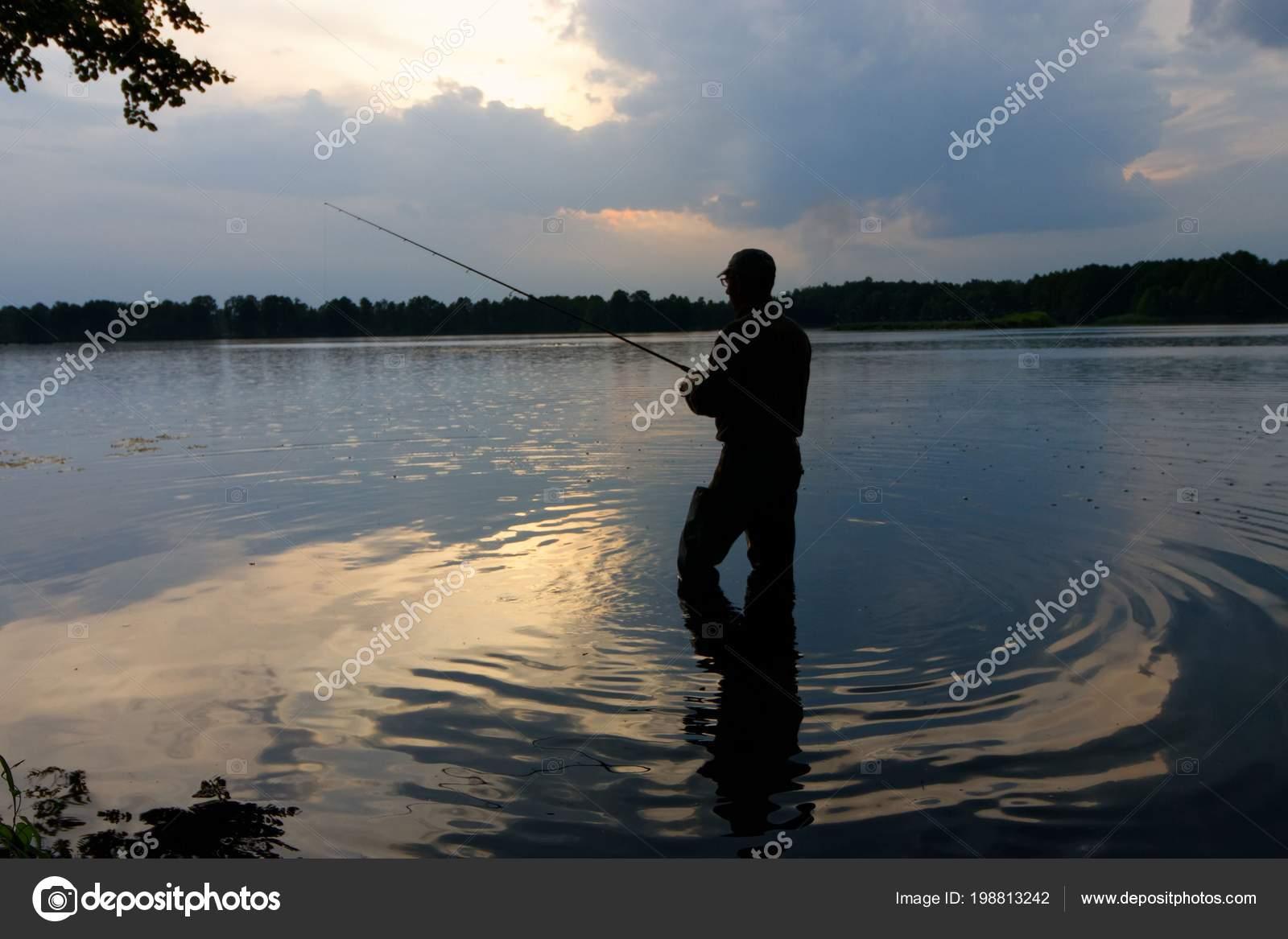 Рыбак Стоя Озере Ловить Рыбу Время Дождя — Стоковое фото ...