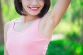 Photo woman with underarm hair removed with green background