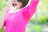 Photo woman with body odor problem  outdoors