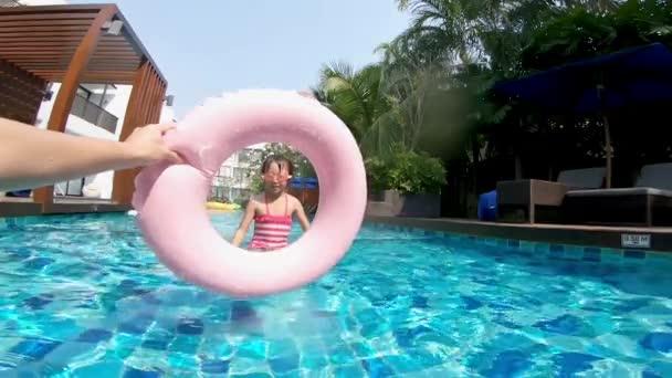 dívka skáčou do plovoucího kruhu