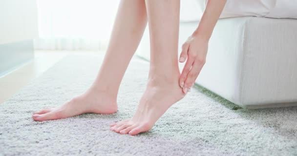 žena Naneste mléko nohou