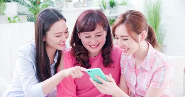 Töchter zeigen Mama Smartphone