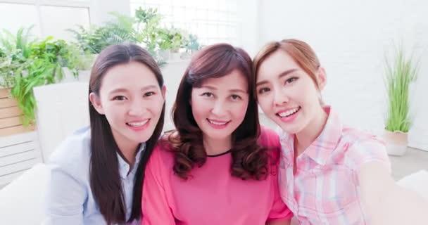 Töchter und Mutter machen Selfie