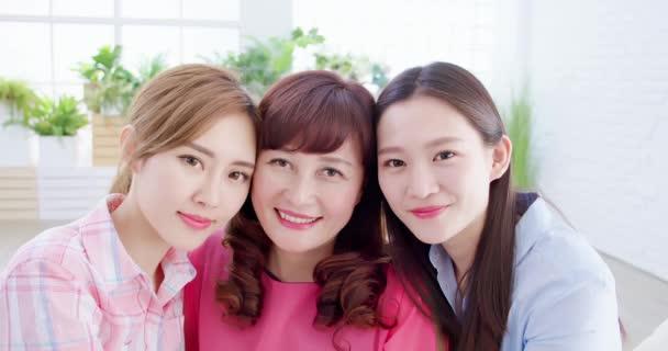 dvě dcery s matkou úsměvem