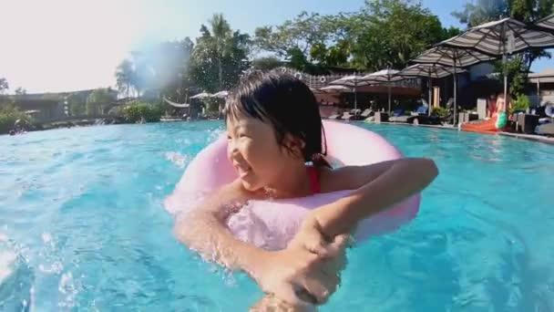 Nettes Mädchen im Schwimmbad