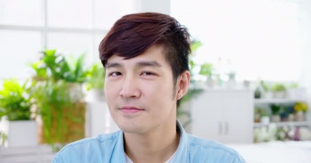Asiatische Menschen lächeln zu Ihnen