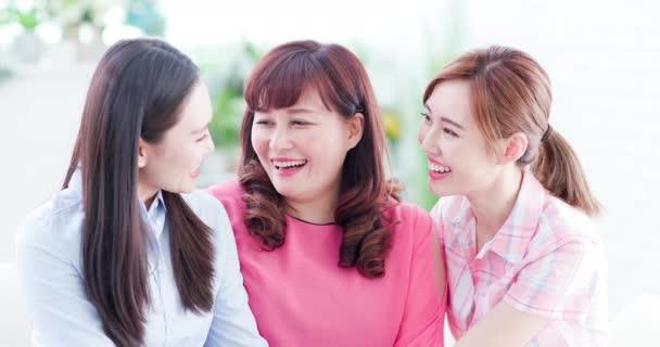 dcery mluví s matkou šťastně