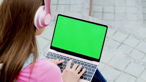 student use the laptop