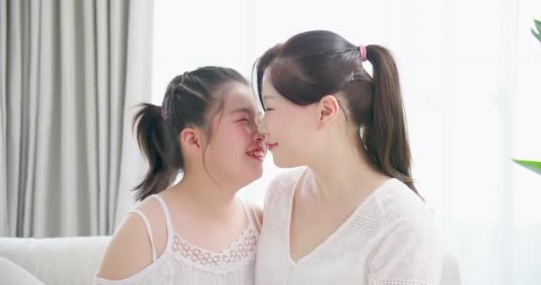 Tochter küsst Mutter zärtlich
