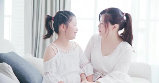 Dcera konverzovat s mámou