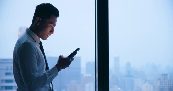 Používat mobilní telefon v noci