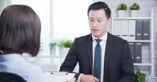 asiatischer Mann im Vorstellungsgespräch
