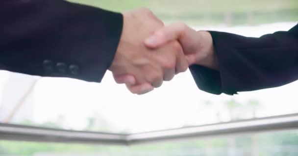 Obchodníci potřásli rukama
