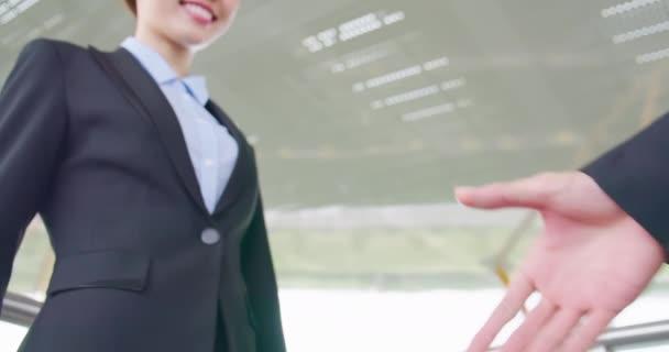 Žena s úsměvem v rukou
