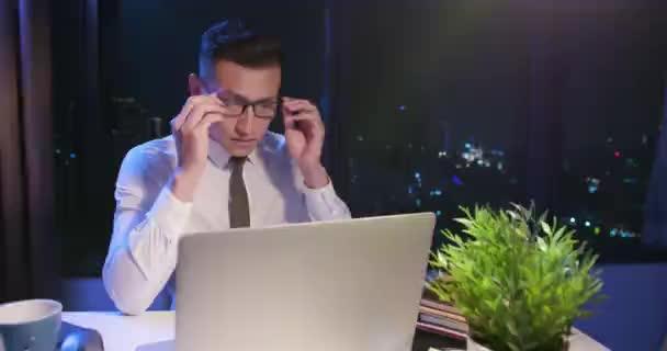 Geschäftsmann macht Überstunden