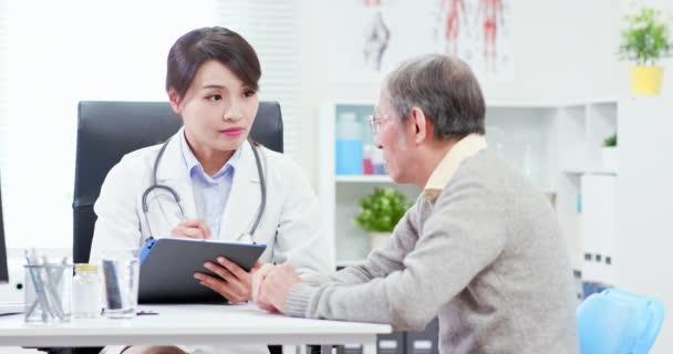 Ženská doktorka viz starší pacient