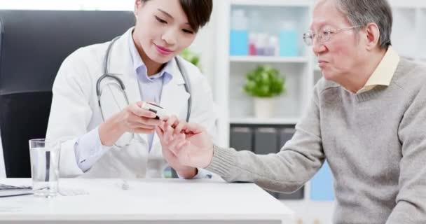 Lékař zkouší krevní cukr