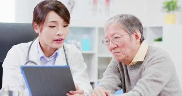 Lékařka konzola staršího pacienta