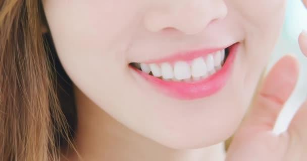 zavírání dívčím zubů