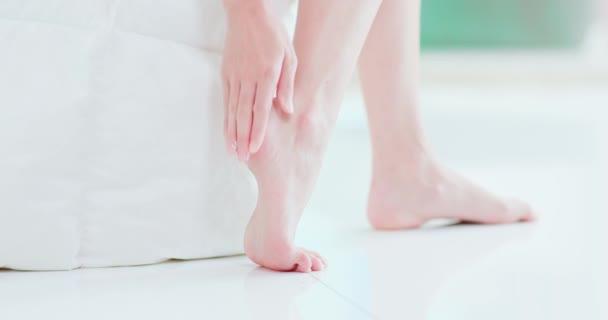 Žena, která používá krém na podpatku