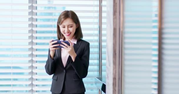 asiatische Geschäftsfrau spielen Telefon