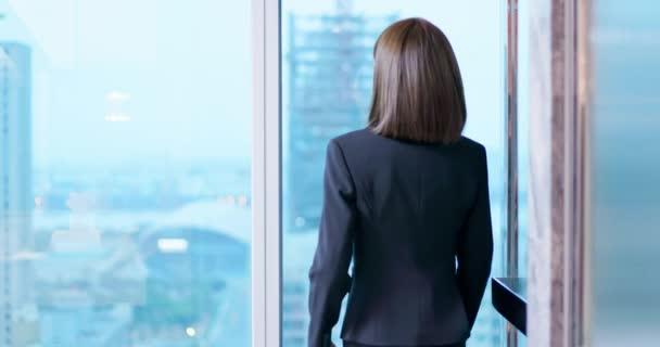 Geschäftsfrau nutzt Smartphone