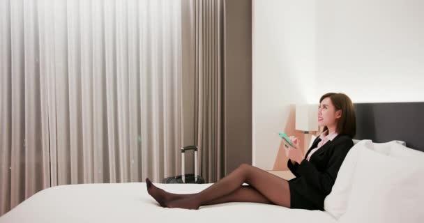 Frau steuert Licht per Smartphone