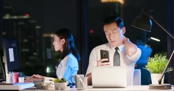 Geschäftsmann Schulterschmerzen mit dem Handy