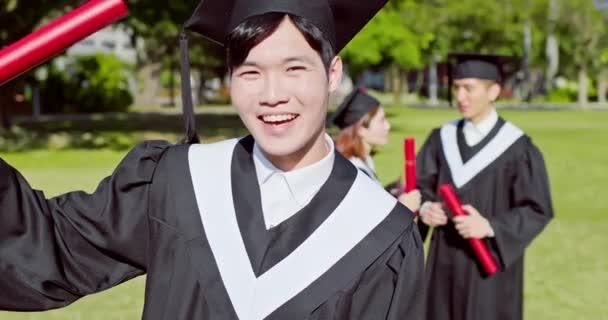 šťastný postgraduální student