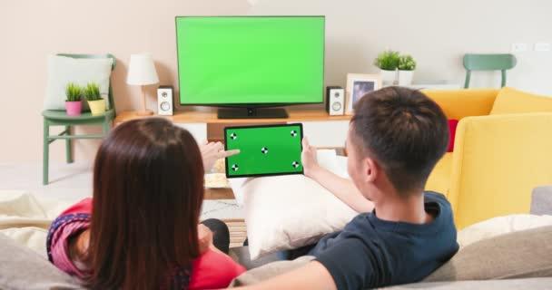 zelená obrazovka TV a tablet