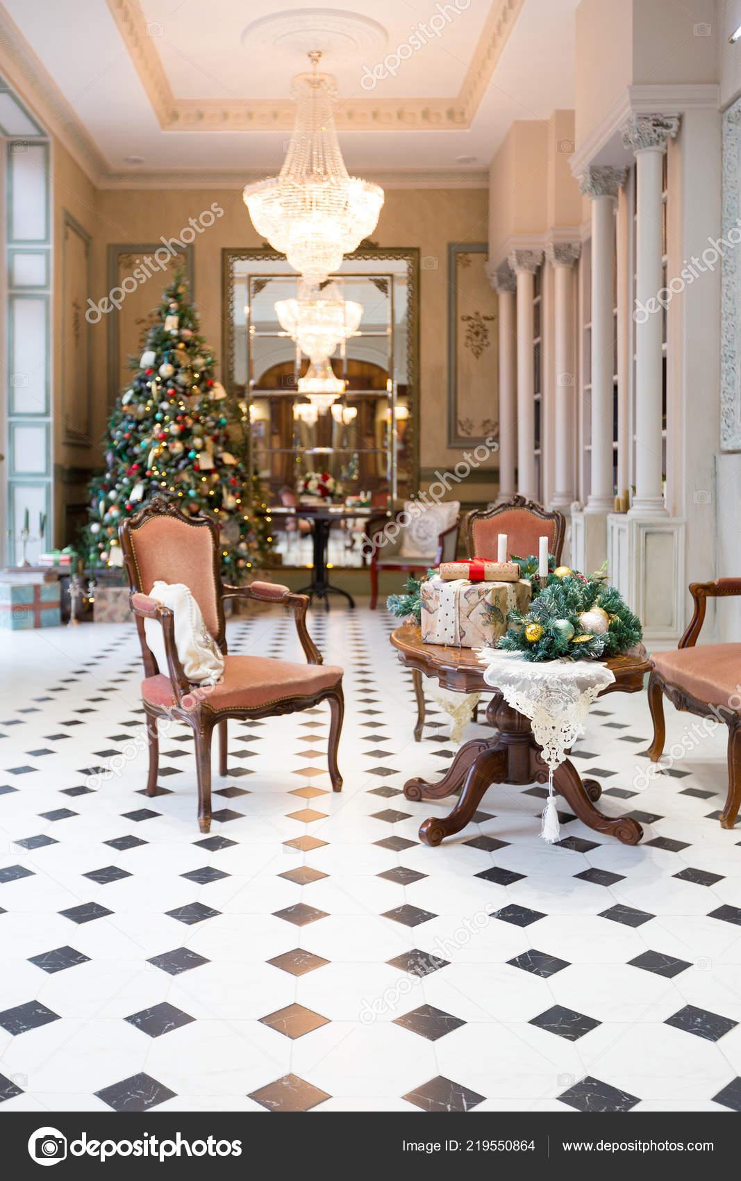 Elegante Vintage Hall Interior Com Arvore Natal Elegante Decorado Stock Photo C Nokia Alexnet 219550864