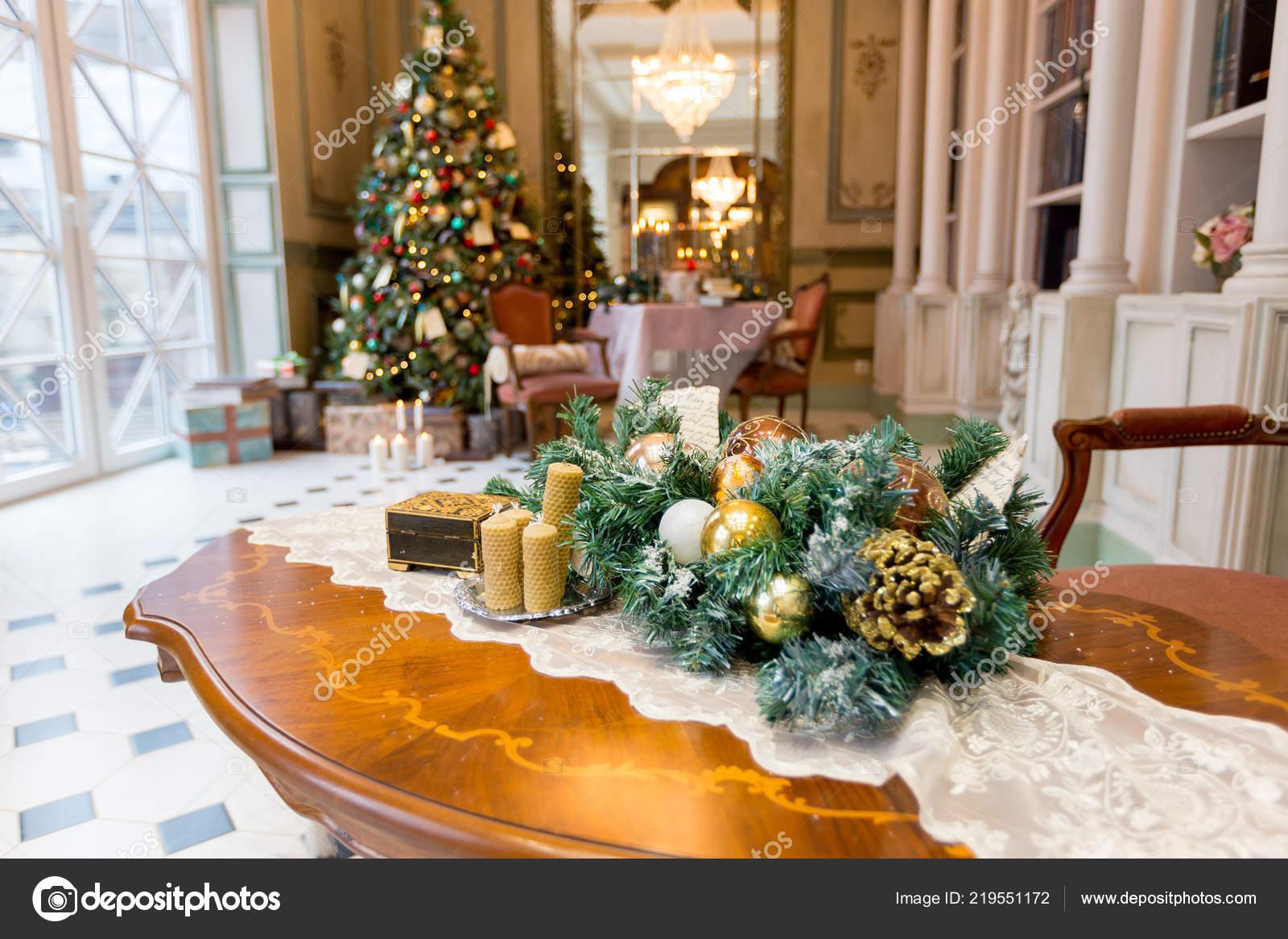 Elegante Vintage Hall Interior Com Arvore Natal Elegante Decorado Stock Photo C Nokia Alexnet 219551172