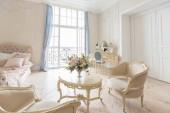 Luxusní bohaté ložnice zařízené pokoje s klasickým elegantním nábytkem