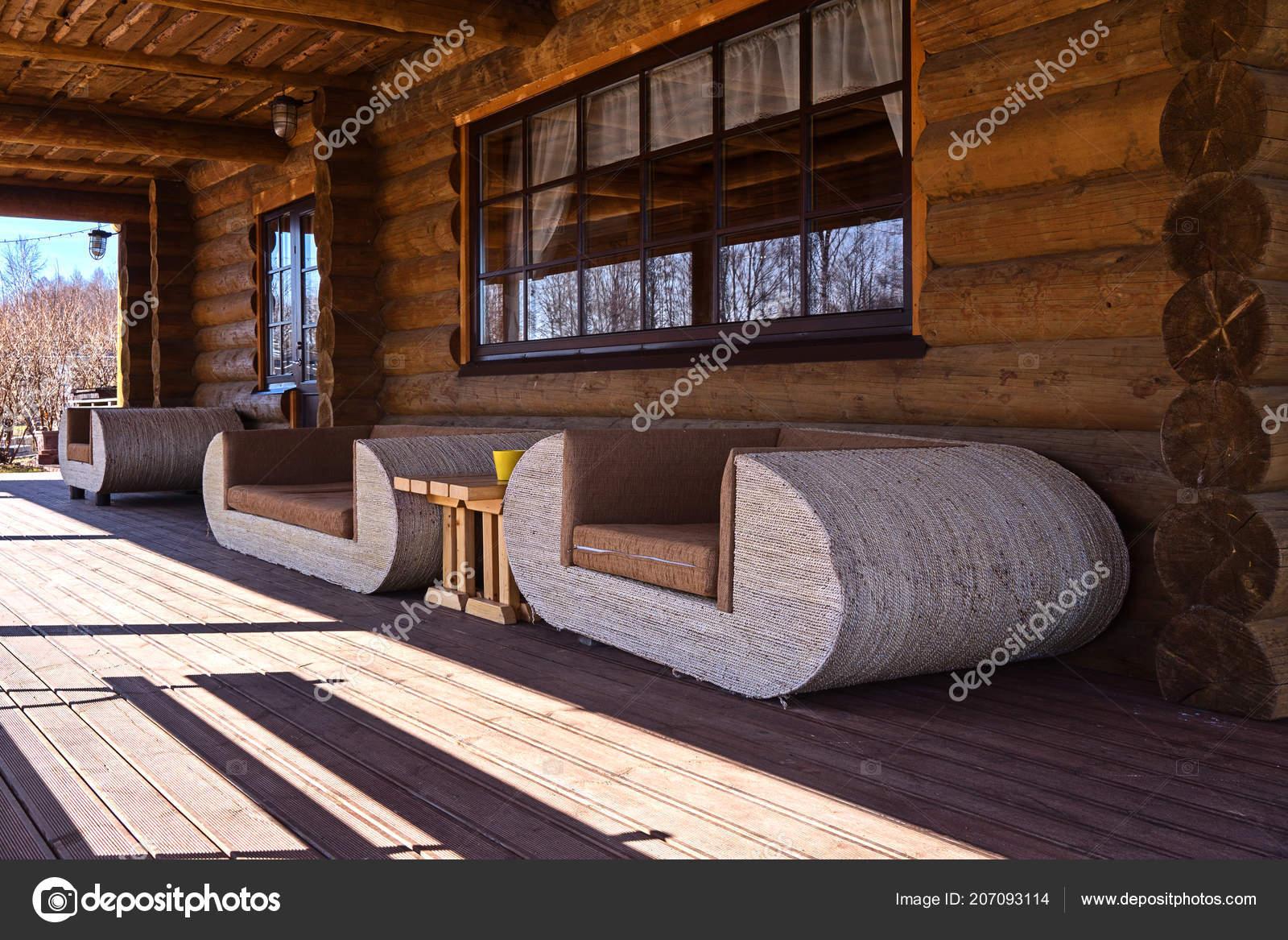 Zicht witte banken log huis terras concept van ecologisch ontwerp