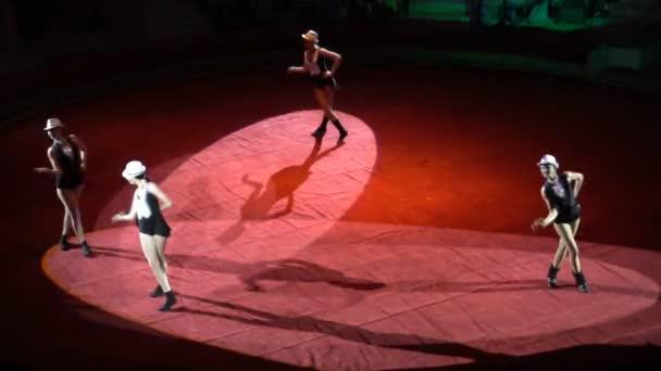 kursk - 6. Juni: Zirkusvorstellung, Tanz der Mädchen