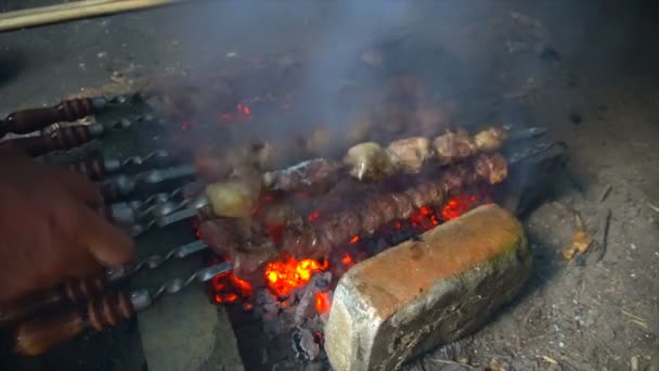 Marinované, šašlik Příprava na barbecue gril na dřevěné uhlí. Šašlik nebo šíš kebab populární ve východní Evropě. Šašlik, špízy byl původně vyroben z jehněčího masa. Pečené hovězí špíz Bbq gril